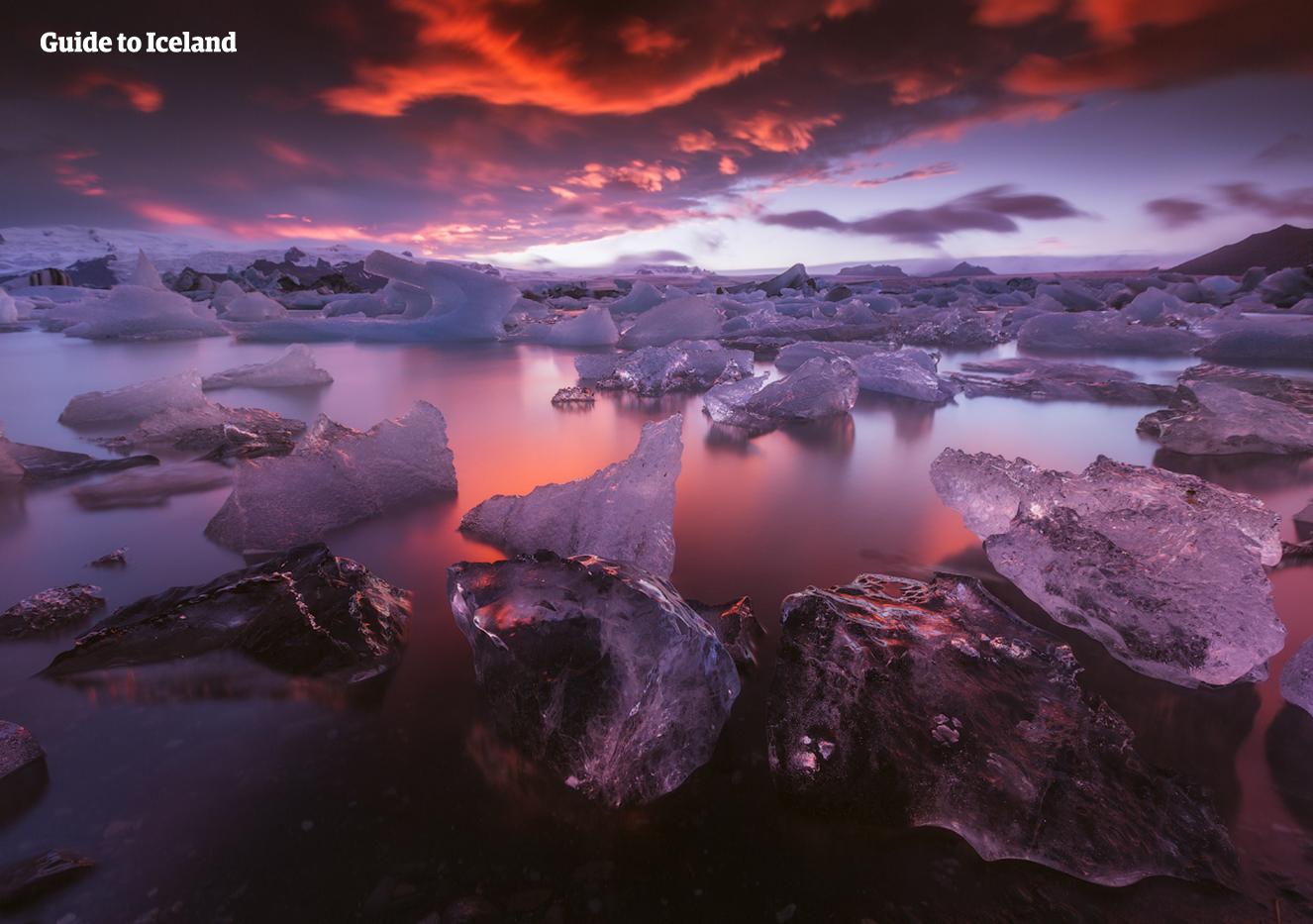 Góry lodowe w lagunie lodowcowej Jökulsárlón lśniące w ostatnich promieniach letniego słońca.