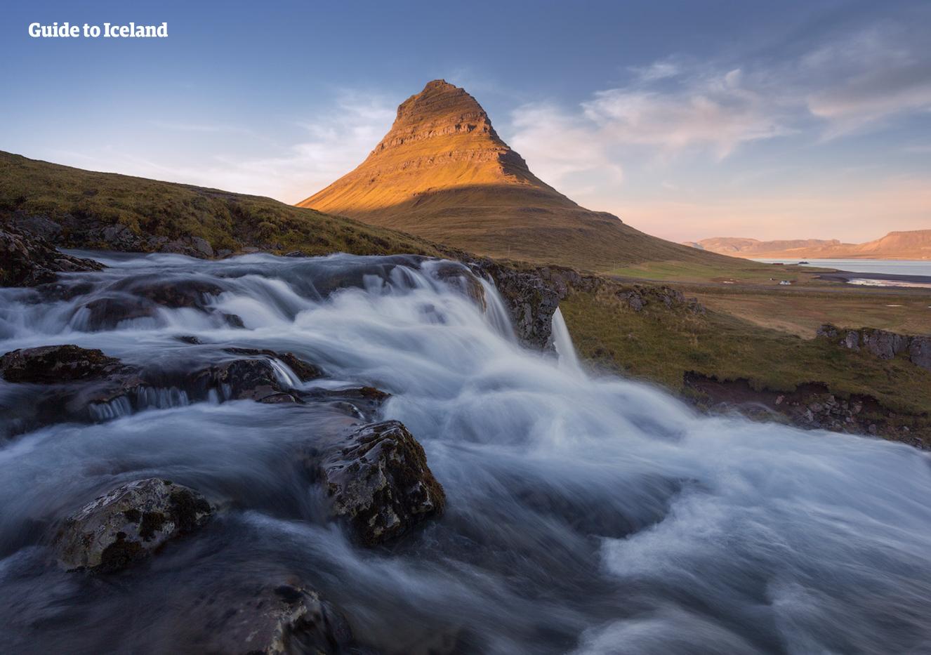 La península de Snæfellsnes está llena de maravillas naturales como la majestuosa montaña de Kirkjufell y la cascada delante de ella.