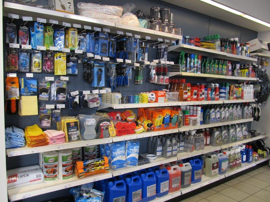 車の用品が取り揃えているアイスランドのガソリンスタンド