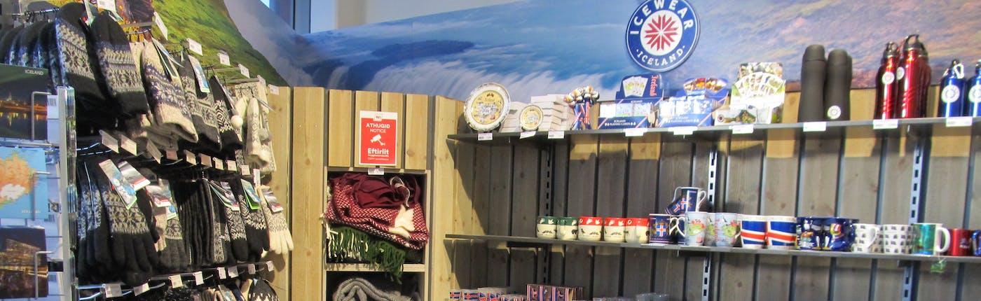 アイスランドらしくガソリンスタンドでも防寒具とお土産が販売されている