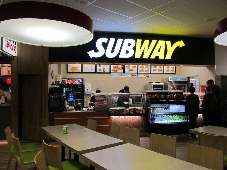 日本では駅周辺でよく見かけるサンドイッチ店サブウェイがアイスランドでも楽しめる