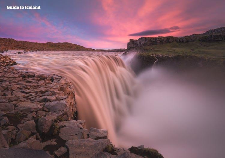 デッティフォスの滝はヨーロッパ最大の水量を誇り、晴れた日には大きな虹が現れる
