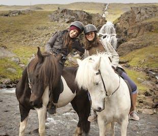 自然を楽しむ乗馬ツアー|エイイルススタジル・東部フィヨルド