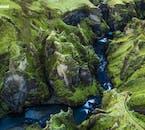 En un viaje en coche, puedes detenerte en lugares fuera de lo común, como en el dramático cañón Fjaðrárgljúfur.
