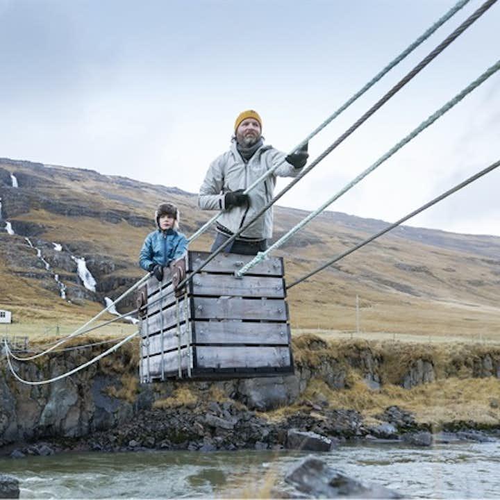 Petit plus de ce tour: essayé le téléphérique manuel au dessus d'une rivière glaciaire.