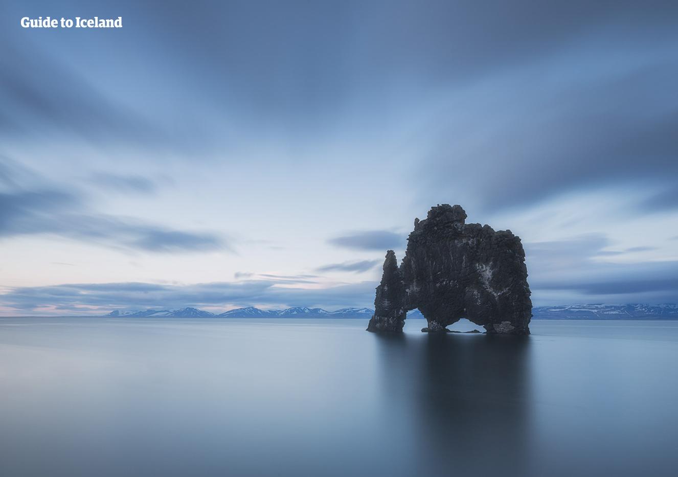 Den dramatiska klippformationen Hvítserkur på norra Island stiger upp ur havet som en skrämmande drake