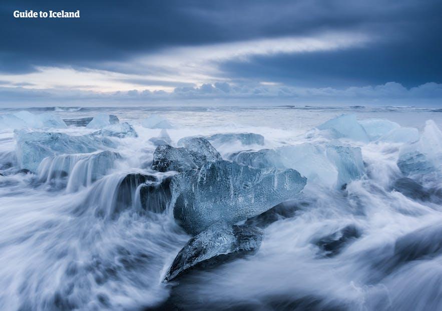 杰古沙龙冰河湖对面的钻石冰沙滩一年四季都有冰石在黑沙滩上