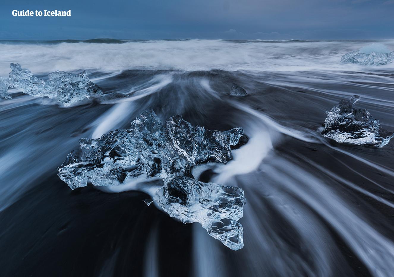 比邻杰古沙龙冰河湖(Jökulsárlón)的钻石沙滩是冰岛最美黑沙滩之一