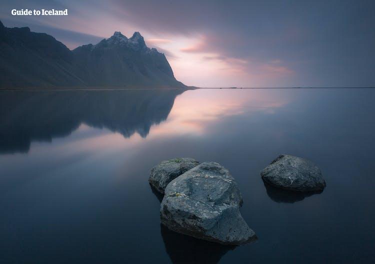 Vestrahorn, en el sudeste de Islandia, es una de las montañas más fotografiadas del país.