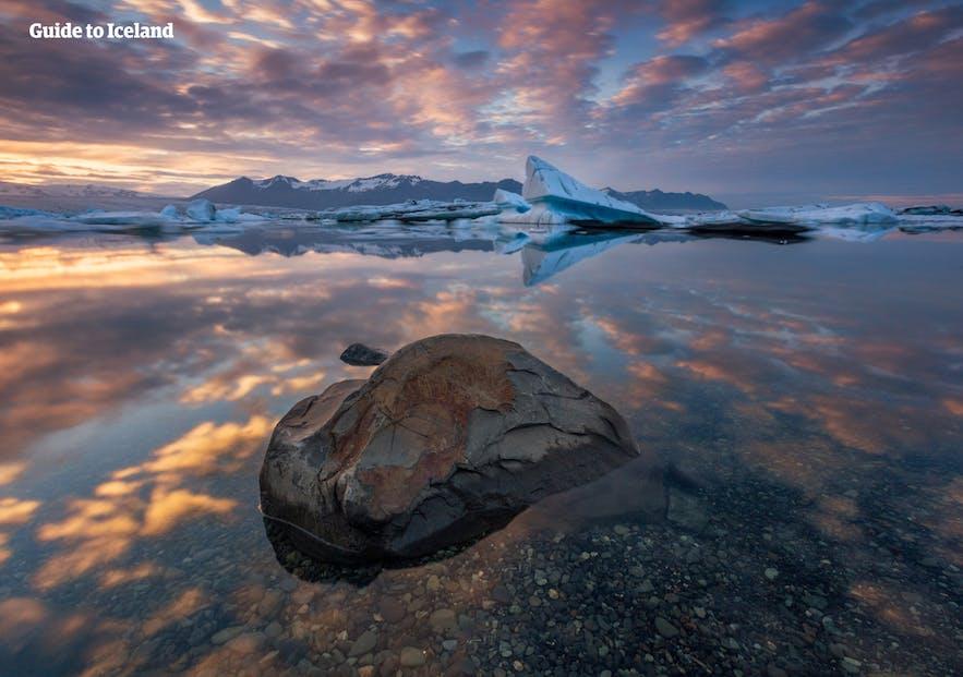冰岛杰古沙龙冰河湖的夏季风光