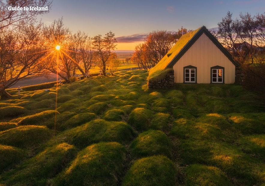 冰岛有很多传统的草皮屋,非常受游客欢迎