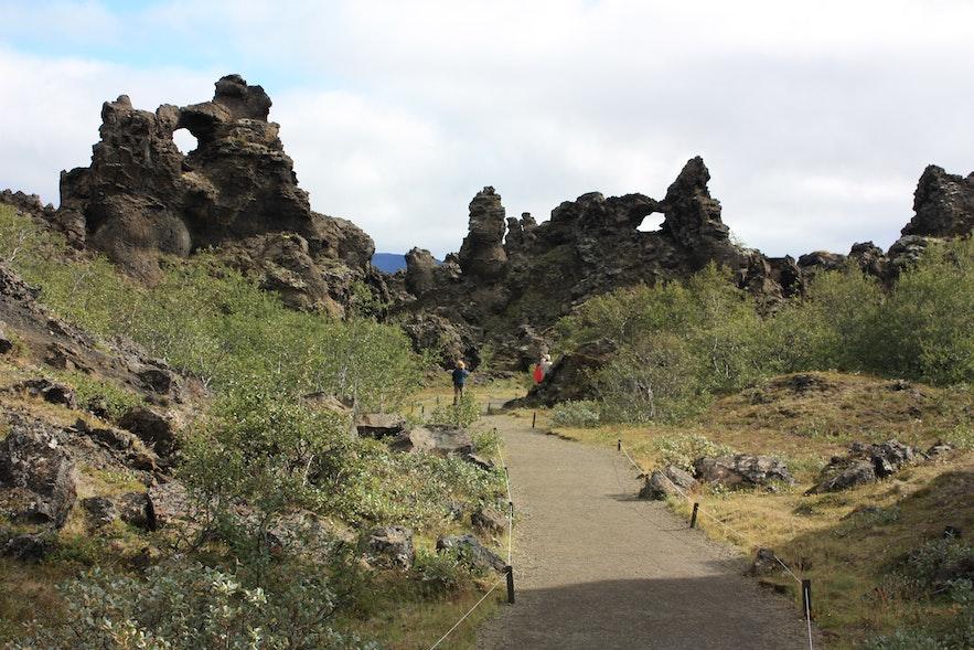 W okolicy Dimmuborgir (isl. Ciemne Miasta) można znaleźć wiele świetnych szlaków pieszych.