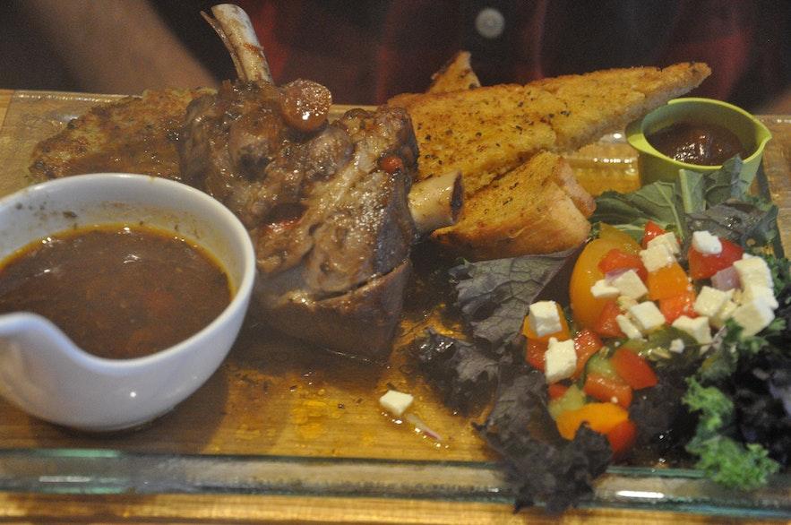 Délicieux dîner au restaurant Vogafjós au bord du lac Mývatn
