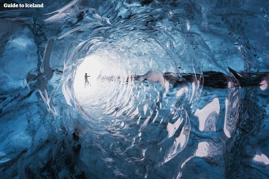 빙하 속 얼음 동굴의 매끈한 얼음 표면은 아름답지만 적절한 신발을 신고 있지 않다면 위험할 수도 있습니다