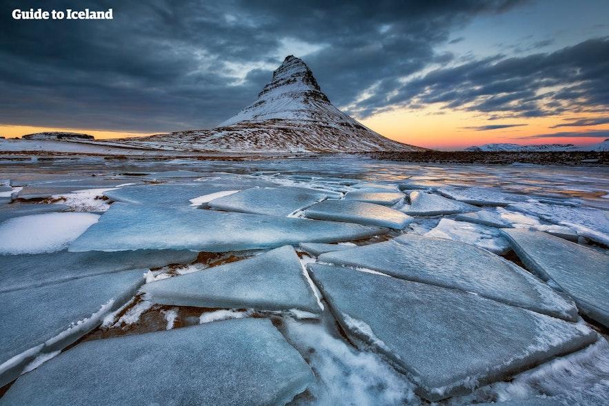 겨울철 키르큐펠 산의 전경. 아이슬란드 여행 시 적절한 옷차림이 왜 필수적인지 알려주는 사진입니다.