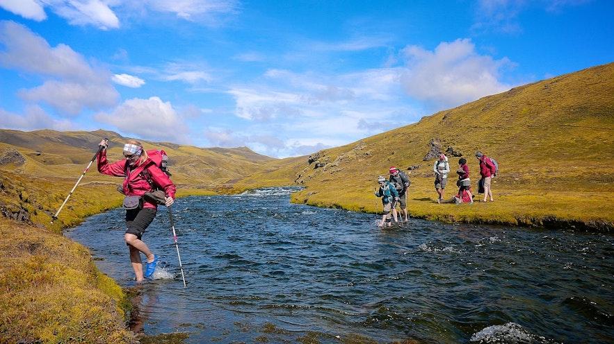 고원지대에서 하이킹을 하다보면 강을 종종 건너야할 때가 있습니다. 하이킹 가이드는 안전하게 건널 수 있는 유역을 잘 알고 있습니다.