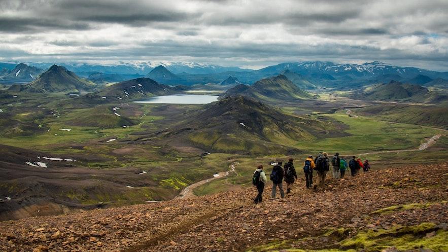 夏天可以在冰岛内陆高地兰德曼纳劳卡徒步旅行