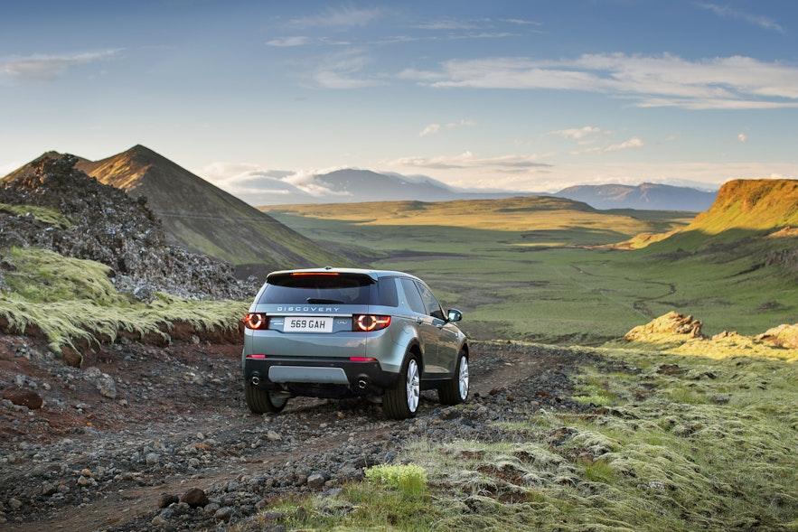在冰岛的土路开车需要性能好的四驱车