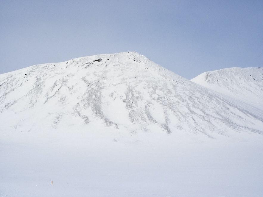 三月冰島山景