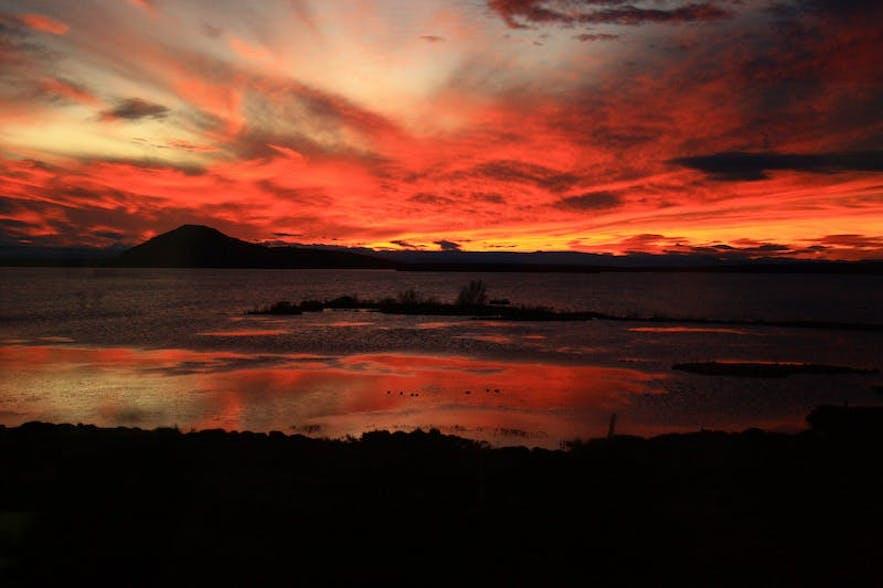 아이슬란드 북부 미바튼 호수의 아름다운 석양