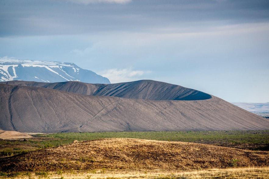 Le cratète Hverfjall et sa nature environnante vers Myvatn en Islande