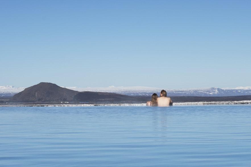 Moment romantiques dans le Blue Lagoon du nord de l'Islande