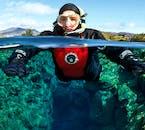 Krystaliczna woda z lodowca wypełnia szczelinię Silfra na Islandii