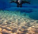 浅瀬も太陽の光が差すことで美しい風景を作り出すシルフラ