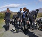 Te prepararás y escucharás una sesión informativa sobre seguridad en el aparcamiento de Silfra, en el Parque Nacional de Thingvellir.