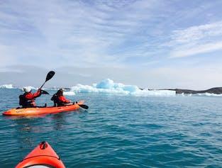 Die Gletscherlagune Jökulsárlón mit einem Kajak zu erkunden ist eine einmalige Gelegenheit.