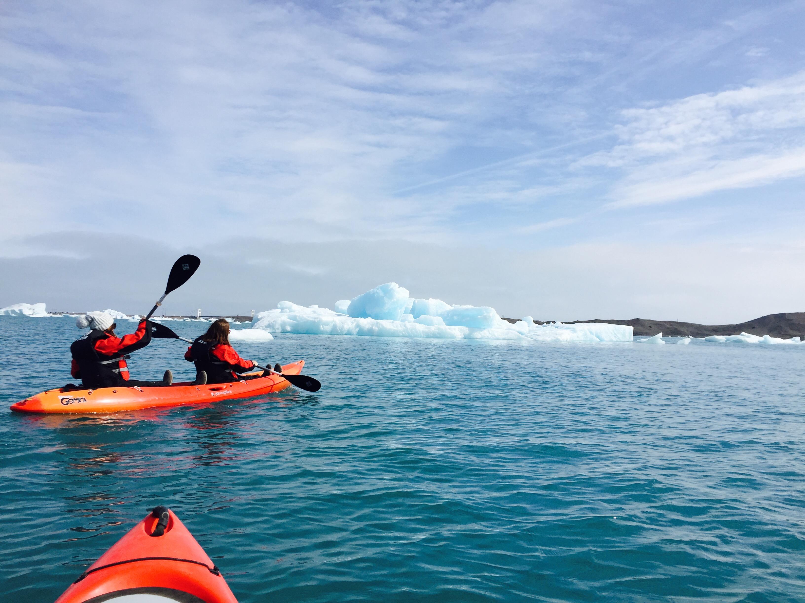 Laguna lodowcowa Jökulsárlón znana jest z niesamowitych odcieni niebieskiego i wspaniałej scenerii.