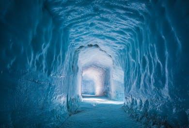 На леднике и внутри него   Тур с поездкой на снегоходах и посещением ледяного туннеля, стартующий из Рейкьявика