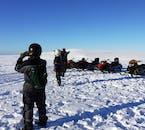 Vitesse sur la neige poudreuse au sommet d'un glacier sur une tournée en motoneige.