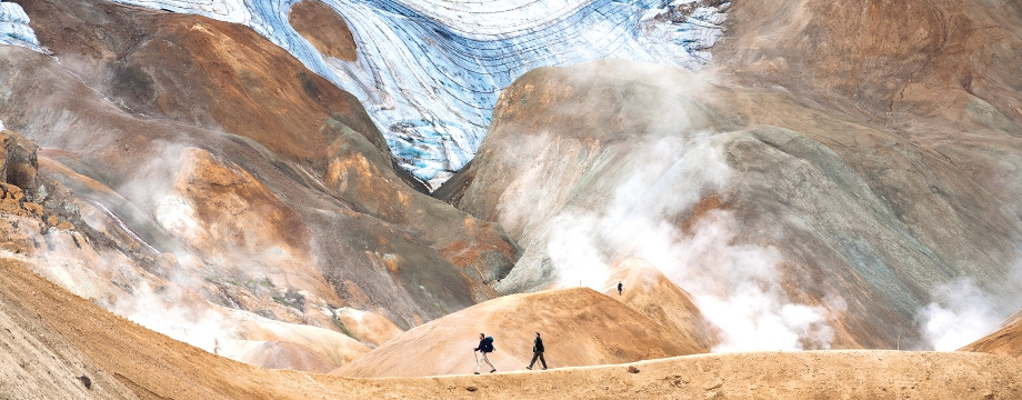 ハイランドでのハイキングツアーでは湯気が立ち込める地熱地帯を通り抜ける