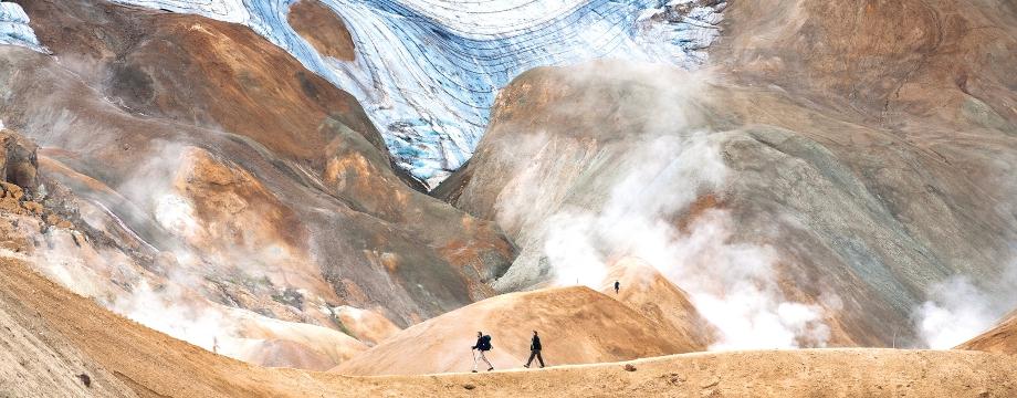En una excursión de senderismo por las tierras altas, caminarás por una zona geotérmica donde el vapor se eleva desde el suelo