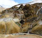 地熱活動と溶岩石が作り出した風景はまるで別世界のようだ