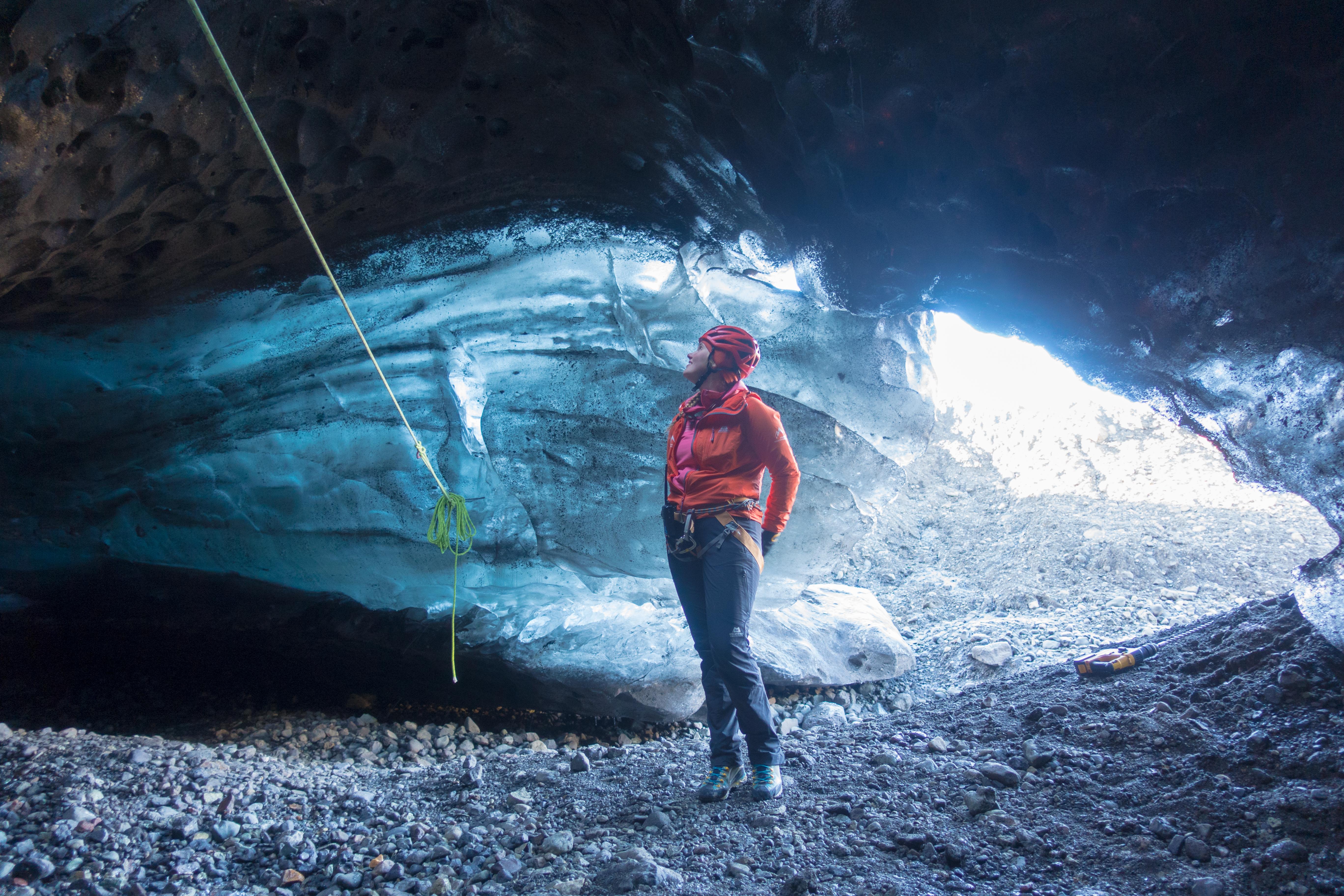 Podczas wycieczki po jaskini lodowej z rezerwatu przyrody Skaftafell zobaczysz spektakularny niebieski lód ścian jaskini.