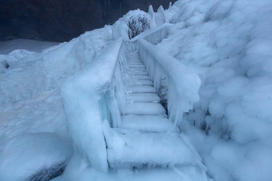 冰島冬季完全結冰的樓梯