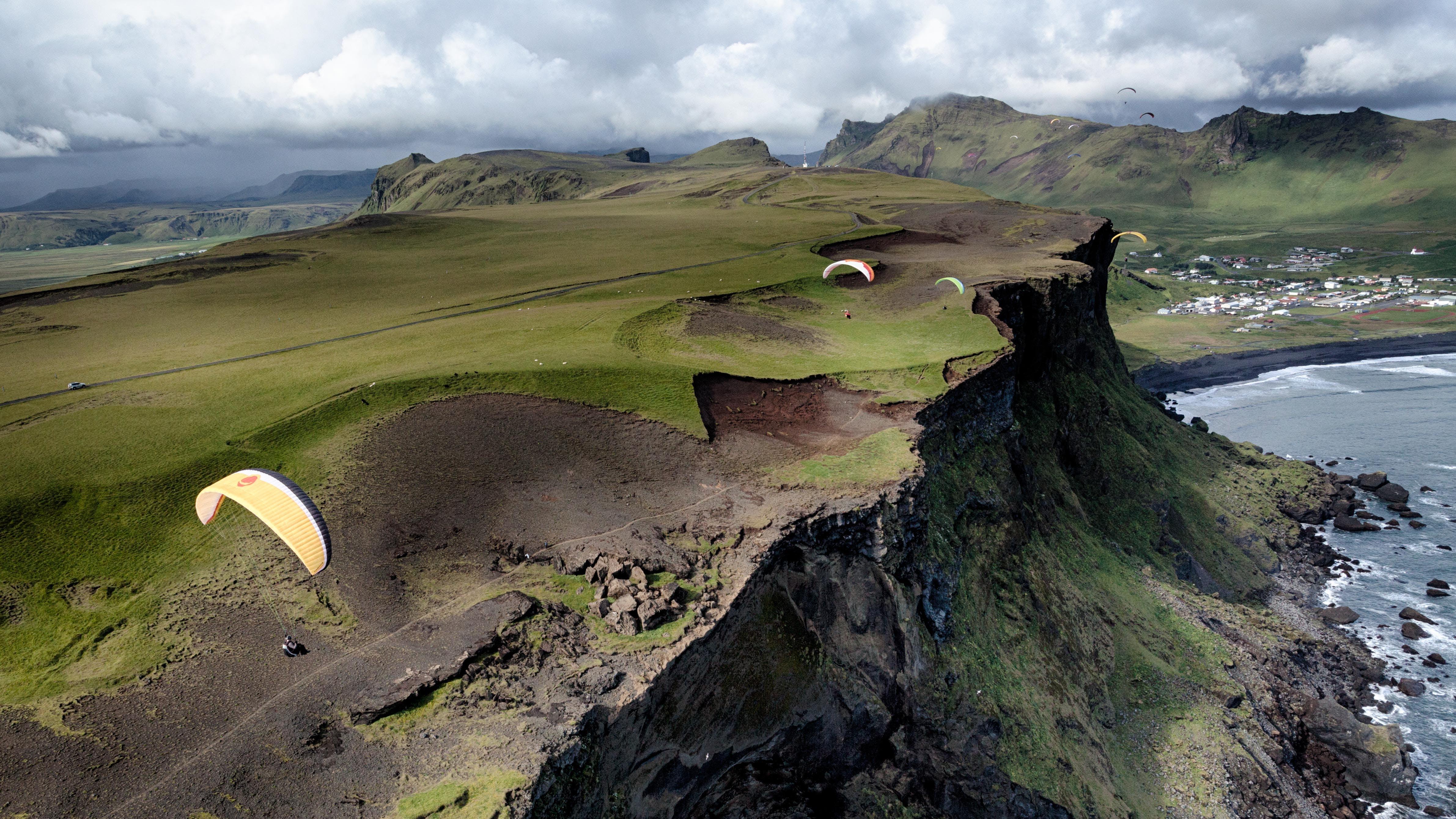 南アイスランドのブラックサンドビーチを空から見るパラグライダー体験
