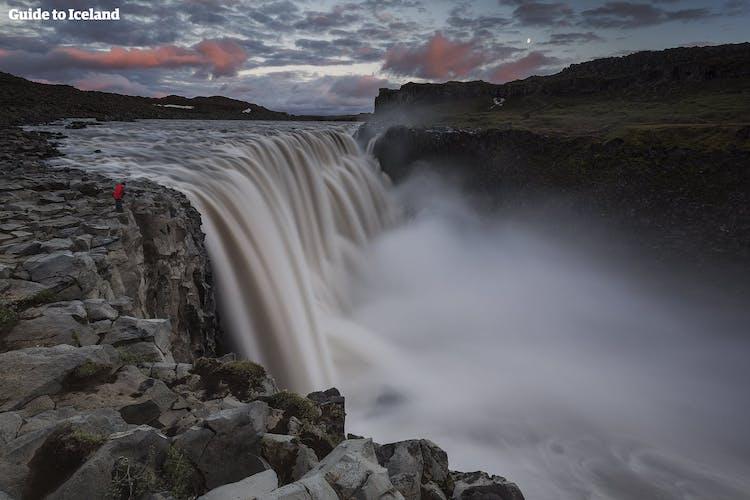 W trakcie swojej wycieczki objazdowej po Islandii możesz odwiedzić potężny wodospad Dettifoss.