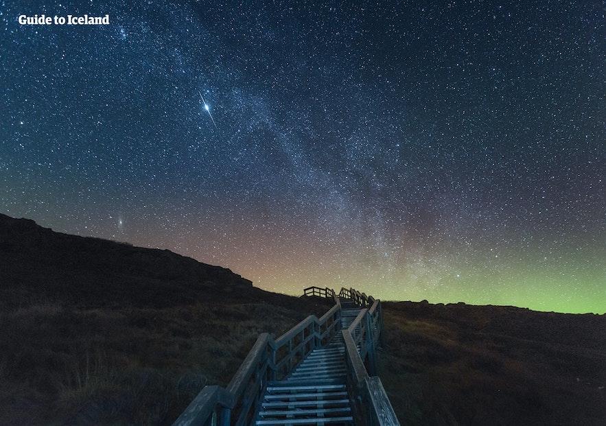 オーロラと星空へと続く階段