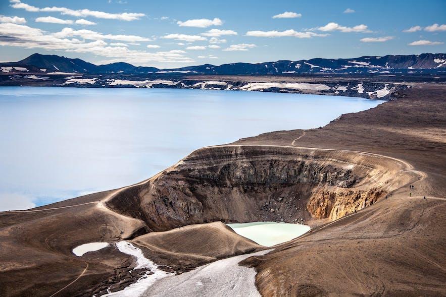 아스캬 화산의 호수와 비티 분화구의 따뜻한 온천수