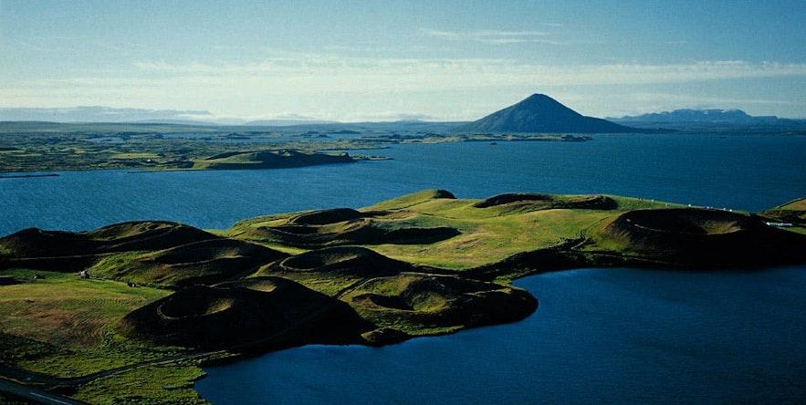 Blick auf die Pseudokrater Skútustaðagígar am See Mývatn