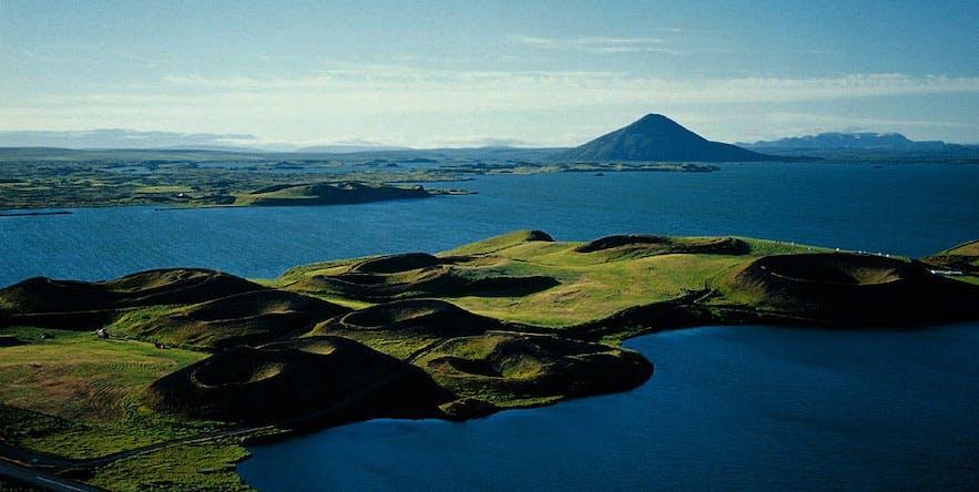 Vue au-dessus des cratères de Skútustaðagígar au bord du lac Myvatn
