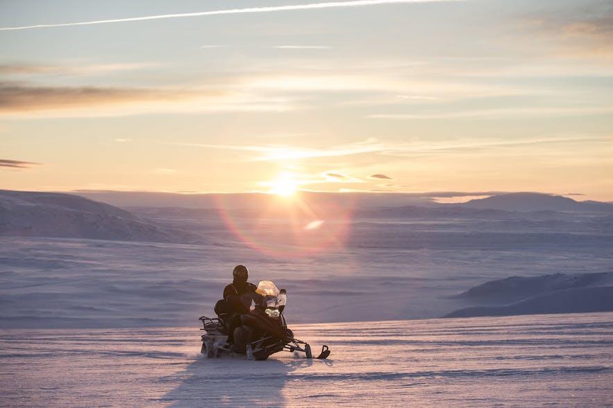 冰岛的雪地摩托