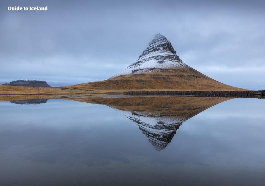 冰岛草帽山覆盖着一些雪的美景