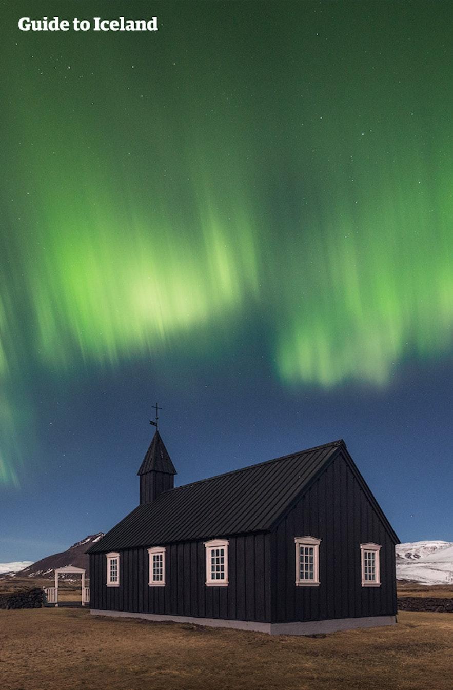 冰岛斯奈山的美丽极光,黑教堂是完美的摄影前景