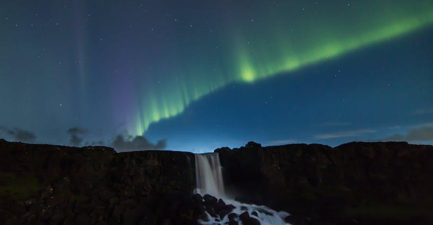 黄金圈辛格维利尔国家公园内的Öxarárfoss上空的极光