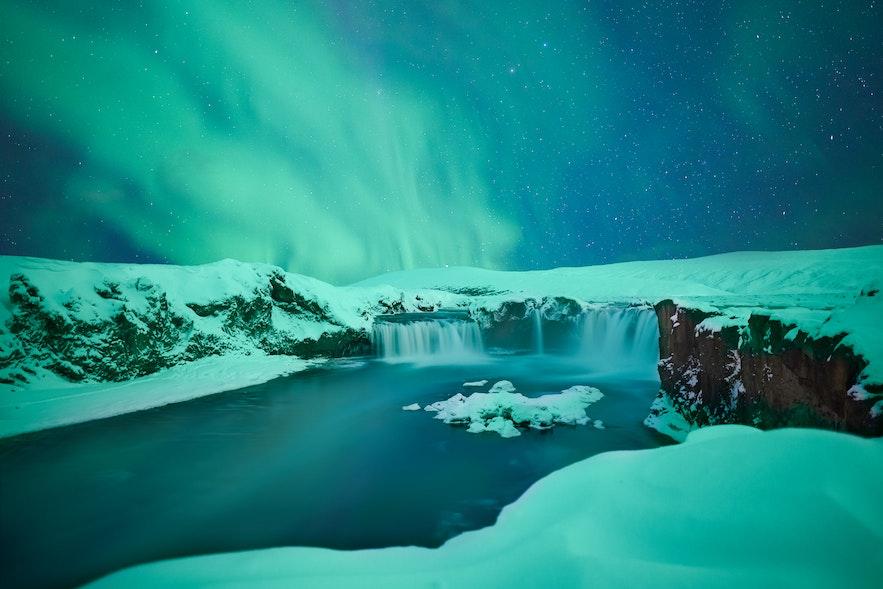 冬季冰岛北部神之瀑布,看梦幻极光