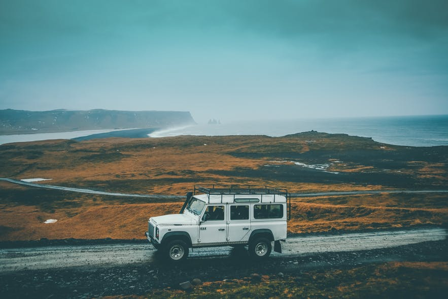 冰岛很多道路碎石很多,建议大家租车时增加碎石保险